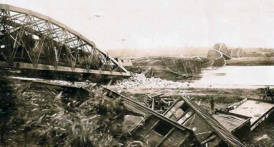 Zniszczony most kolejowy w Wyszkowie w 1915 roku. Na pierwszym planie widoczne są wykolejone wagony na bocznicy portowej. Ze zbiorów autora.