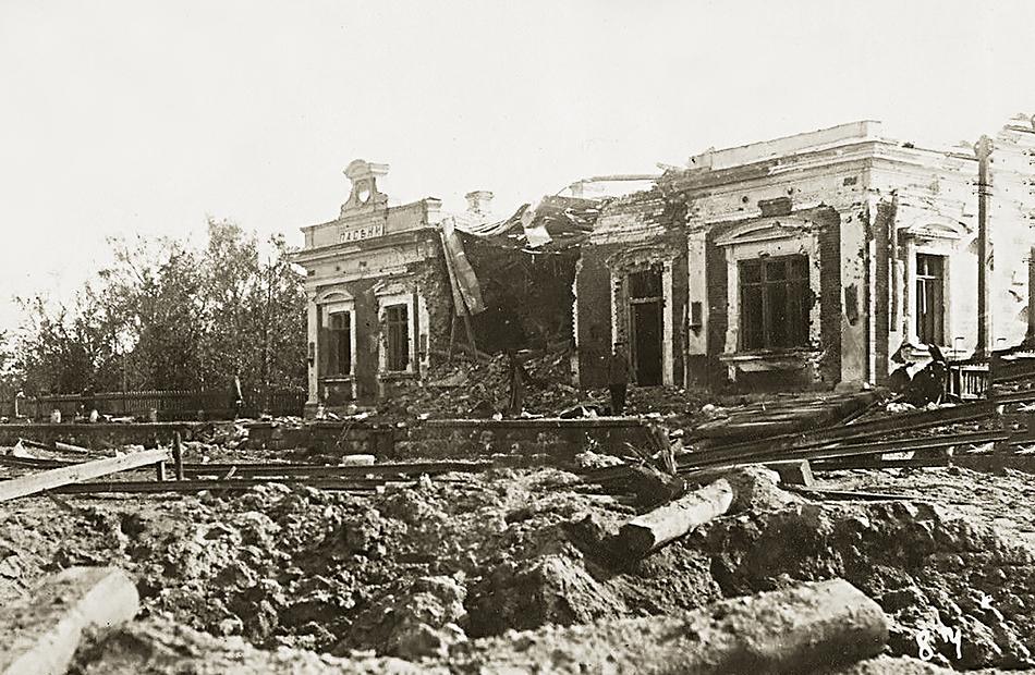 Zniszczona stacja Pasieki. Widok od strony Różana. Zdjęcie datowane na 7.VIII.1915 r. Źródło: http://fotopolska.eu/Pasieki_Stacja_kolejowa_Pasieki (dostęp 09.12.2015)