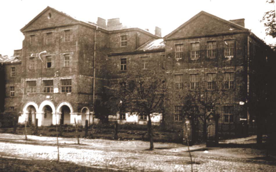Budynek Szkoły Powszechnej nr 1 i nr 2 w Wyszkowie. Widok od ul. 11 Listopada. Fotografia wykonana ok. 1938 r.