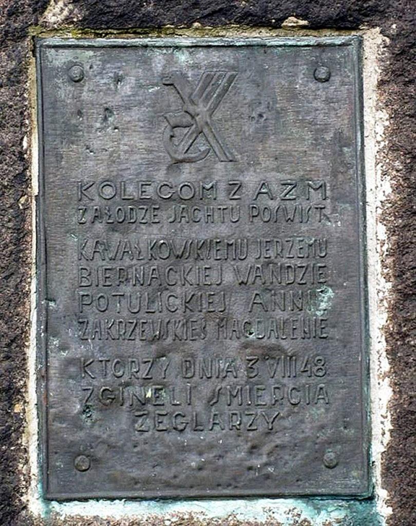 """Tablica upamiętniająca ofiary wypadku jachtu """"Przedświt"""" znajdująca na pomniku stojącym przed Fortem Carré Twierdzy Wisłoujście"""