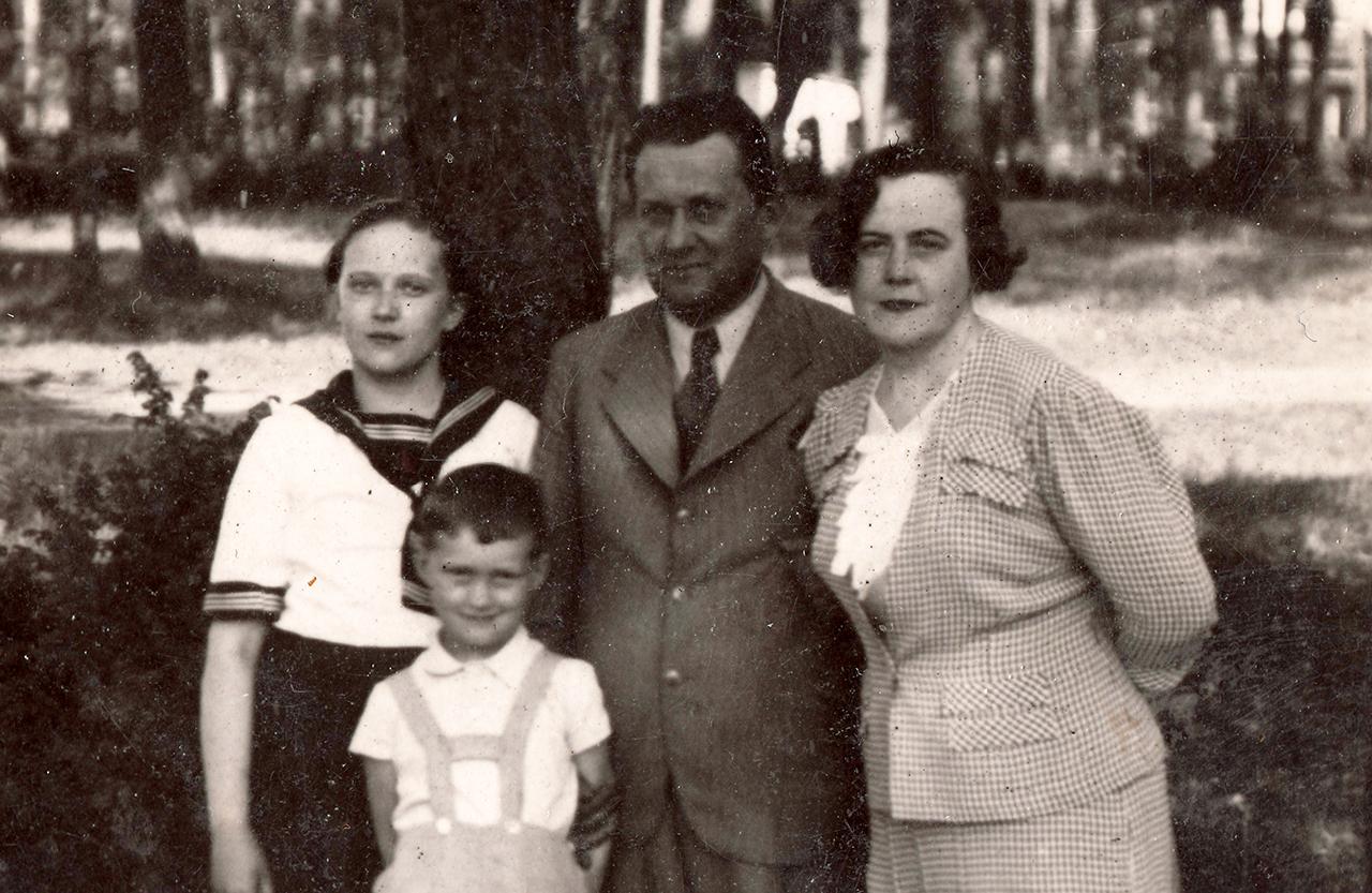 Od lewej: Wanda, Lech, Aleksander i Władysława - Rybienko Leśne, druga połowa lat 30.