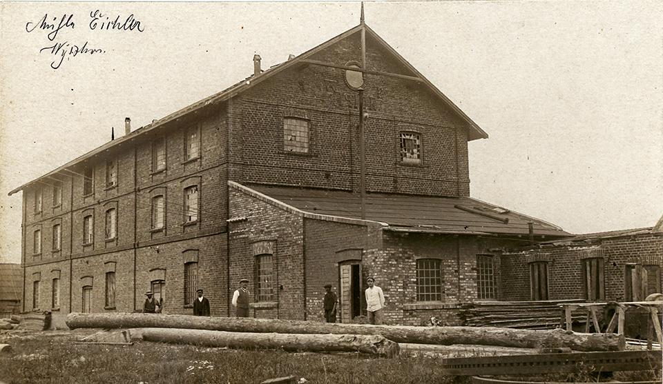 Wiktor Eychler (w środku) przed swoim młynem – 1915