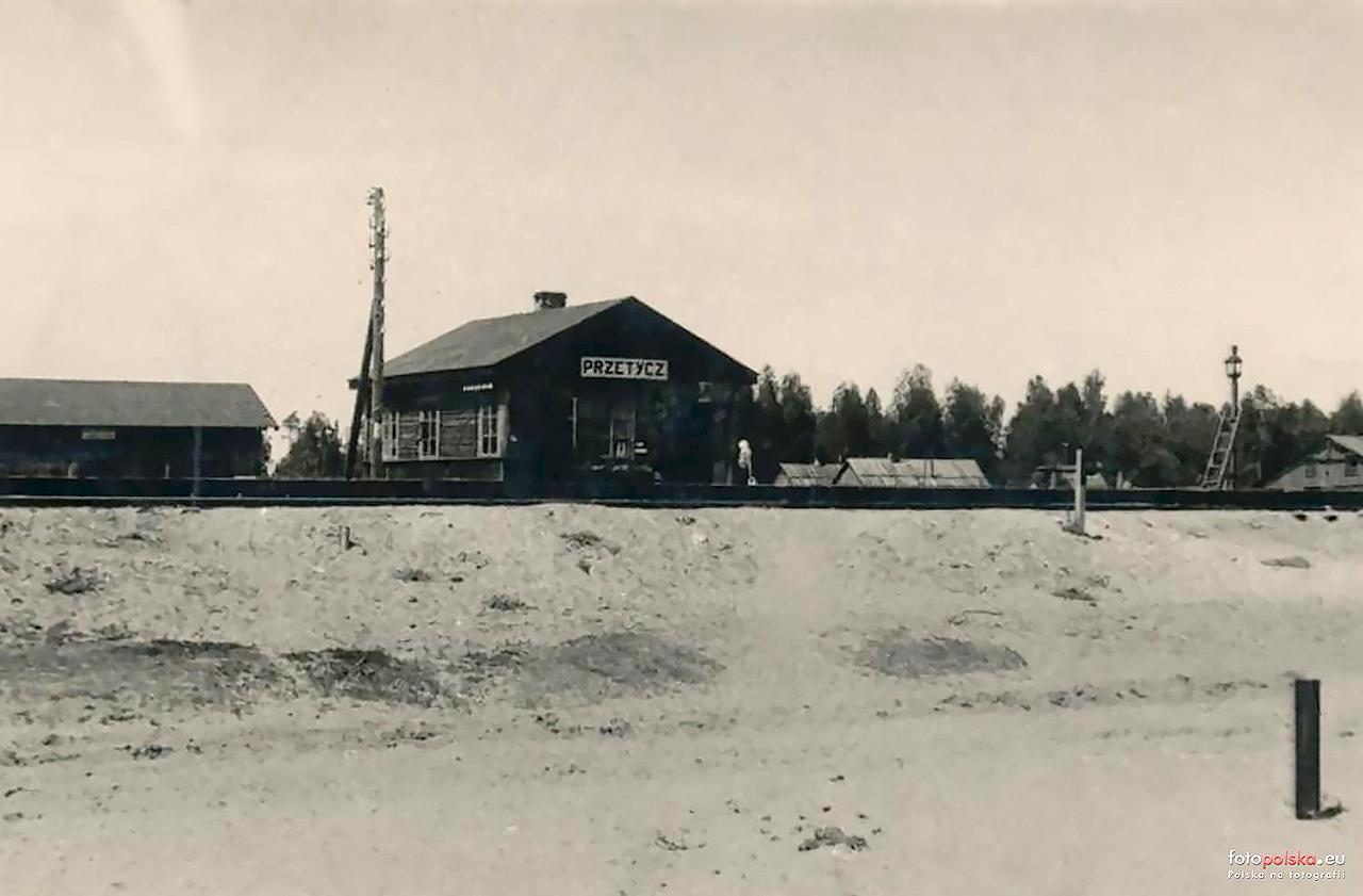 Stacja Przetycz w latach 50. ubiegłego stulecia, widok od strony ulicy Tartacznej. Źródło: http://fotopolska.eu/785985,foto.html?o=b188123