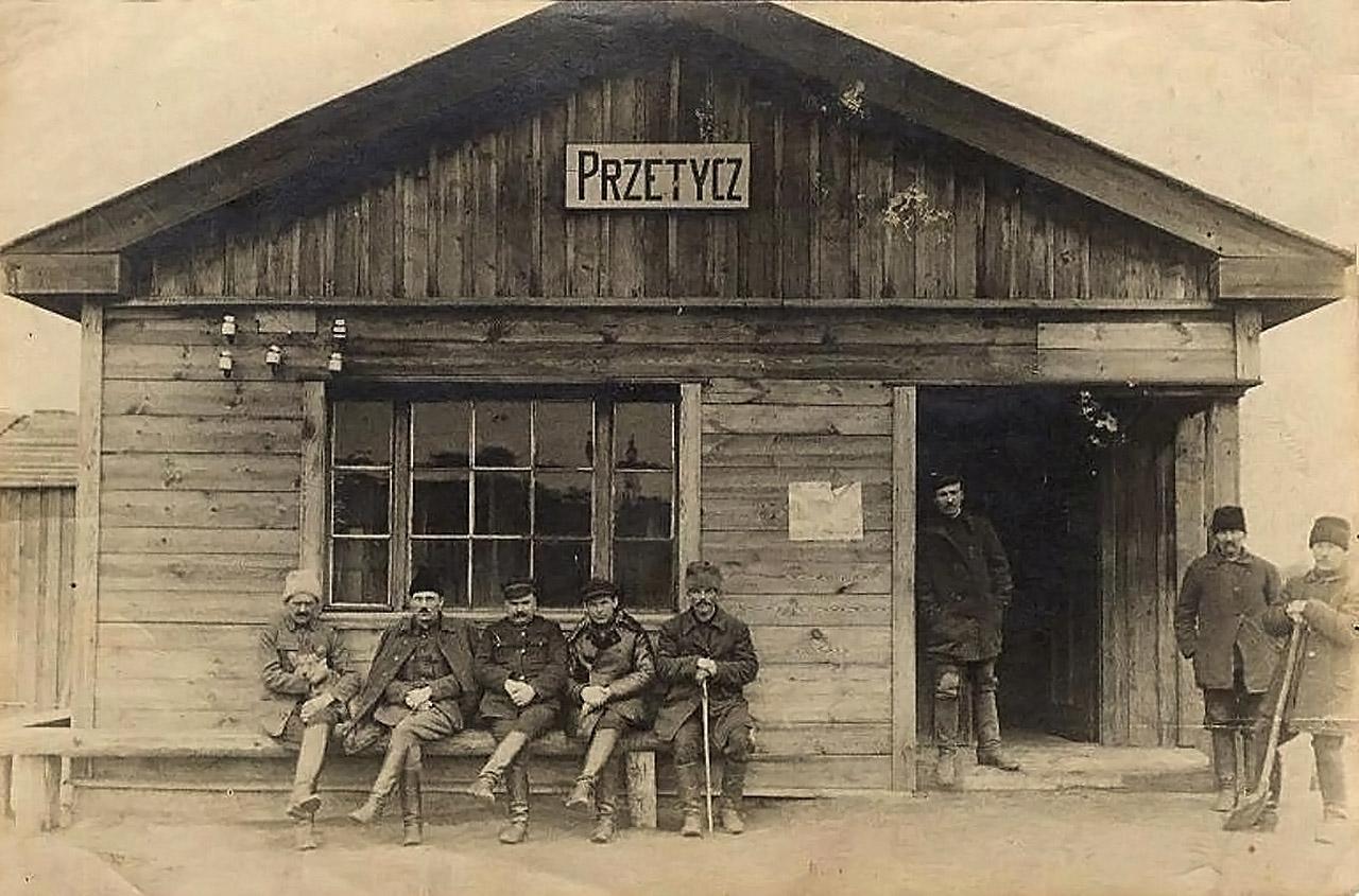 Dworzec z kasą biletową stacji Przetycz w latach 1919-1922. Po lewej stronie widać fragment budynku gospodarczego, który istnieje do dziś. Pocztówka ze zbiorów autora.